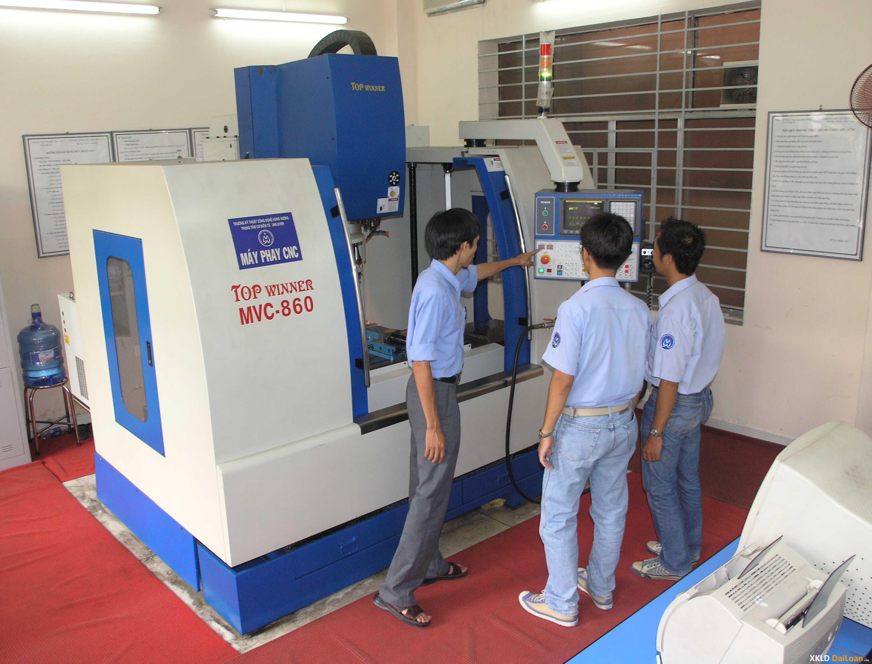 Cần tuyển: 1 NAM 2. Ngành nghề: Thao tác máy CNC